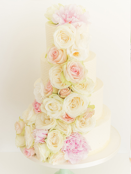 Prachtige bruidstaart met bloemen
