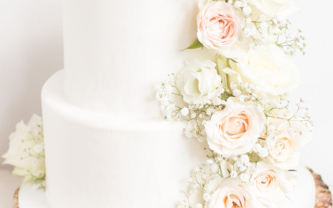 Bruidstaart gipskruid en rozen